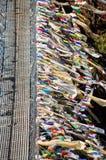 Kleurrijke gebedvlaggen met kabelbrug Stock Afbeeldingen