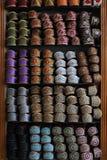 Kleurrijke geborduurde Indische schoenen op vertoning Royalty-vrije Stock Foto
