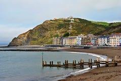Kleurrijke gebouwen door het Noordenstrand, Aberystwyth stock fotografie
