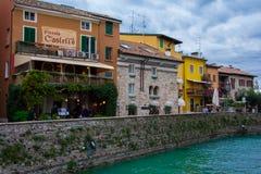Kleurrijke gebouwen in een toevluchtstad, Sirmione royalty-vrije stock afbeelding