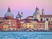 Kleurrijke gebouwen in Venetië tijdens zonsondergang stock foto's