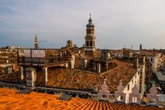 Kleurrijke gebouwen in Venetië vóór zonsondergang stock foto's