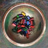 Kleurrijke gebruikte waskleurpotloden Stock Afbeeldingen