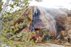 Kleurrijke geiser met stoom op riverfront in Nationale Yellowstone Royalty-vrije Stock Foto