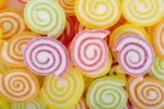 Kleurrijke gekonfijte vruchtgelei op wit Stock Foto's