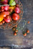Kleurrijke gele de tomaten oranje tomaten van tomaten rode tomaten met waterdalingen op de donkere concrete achtergrond Ruimte vo Royalty-vrije Stock Afbeeldingen