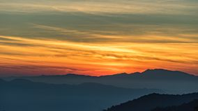 Kleurrijke Gele hemel in ochtend royalty-vrije stock fotografie