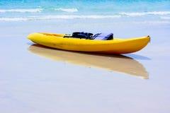 Kleurrijke gele kajaks op strand stock fotografie