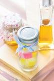 Kleurrijke gelei en flessen honing Stock Fotografie