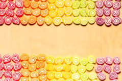Kleurrijke gelei en suikergoedsnoepjes op houten achtergrond Stock Fotografie