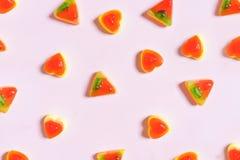 Kleurrijke Gelei, pizza en hartvorm op pastelkleur roze achtergrond Stock Fotografie