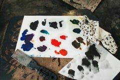 Kleurrijke gemengde olieverfvlekken met palet-mes Stock Foto