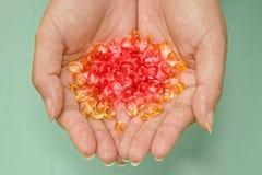 Kleurrijke geneeskunde in handen Stock Foto