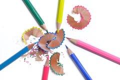 kleurrijke gescherpt die potloden op witte achtergrond worden geïsoleerd royalty-vrije stock fotografie