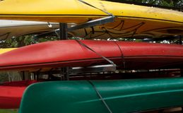 Kleurrijke Gestapelde Kajaks Royalty-vrije Stock Foto