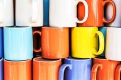 Kleurrijke gestapelde koffiekoppen Royalty-vrije Stock Foto