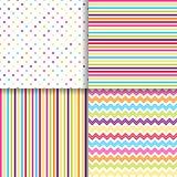 Kleurrijke gestippelde en gestreepte naadloze patronen vectorachtergronden royalty-vrije illustratie