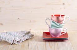 Kleurrijke gestreepte koffiekoppen op plank Royalty-vrije Stock Foto