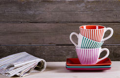 Kleurrijke gestreepte koffiekoppen op plank Stock Fotografie