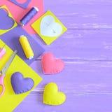 Kleurrijke gevoelde geplaatste harten, ambachtslevering op houten lijst met exemplaarruimte voor tekst Het met de hand gemaakte c Royalty-vrije Stock Fotografie