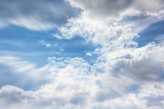 Kleurrijke gezwollen wolken zachte blauwe hemel met dromerige en fantasiemoo Stock Foto