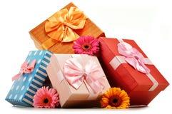 Kleurrijke giftdozen op wit Stock Foto's