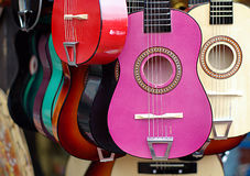Kleurrijke gitaren in muzikale instrumentenwinkel Royalty-vrije Stock Foto's