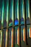 Kleurrijke glanzende orgaanbuizen in kerk Stock Afbeelding
