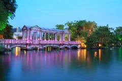 Kleurrijke glasbrug op het meer Royalty-vrije Stock Afbeelding