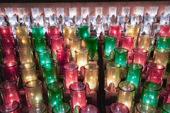 Kleurrijke glaskerk candels Stock Fotografie