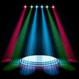 Kleurrijke gloedschijnwerpers met wit podium op donkere achtergrond royalty-vrije illustratie