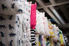 Kleurrijke gordijnsteekproeven die van hangers op spoor in een van de de kleurenstof van de vertoningsdetailhandel Veelvoudige te stock foto