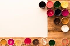 Kleurrijke gouachekruiken met open kappen en leeg waterverfdocument Copyspace Hoogste mening Royalty-vrije Stock Fotografie
