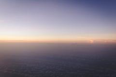 Kleurrijke gradiënthemel vlak vóór de vormvliegtuig van de zonsopgangmening met copyspace Royalty-vrije Stock Foto's