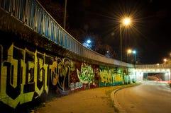 Kleurrijke graffiti in autotunnel stock afbeeldingen