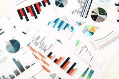 Kleurrijke grafieken, grafieken, marketing onderzoek en bedrijfs jaarverslagachtergrond, beheersproject, begroting financiële pla Stock Afbeelding