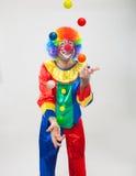 Kleurrijke grappige clown het jongleren met ballen Stock Fotografie