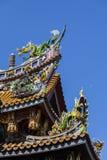 Kleurrijke gravures op dak van Japanse tempels Stock Foto's