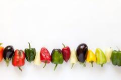 Kleurrijke groene paprika's en aubergines op wit Royalty-vrije Stock Afbeeldingen