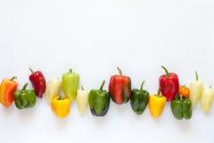 Kleurrijke Groene paprika's op Witte Achtergrond Hoogste mening Stock Afbeelding