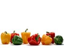 Kleurrijke groene paprika's op witte studioachtergrond Stock Foto