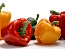 Kleurrijke groene paprika's op witte studioachtergrond Royalty-vrije Stock Foto's