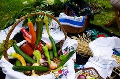Kleurrijke groenten in houten mand Stock Foto's