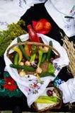 Kleurrijke groenten in houten mand Stock Fotografie