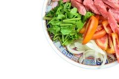 Kleurrijke groenten op de plaat op een witte achtergrond Royalty-vrije Stock Afbeeldingen