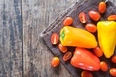 Kleurrijke groenten op houten lijst Stock Fotografie