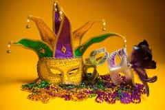 Kleurrijke groep Mardi Gras of Venetiaans masker op geel Stock Fotografie