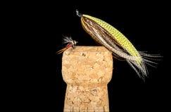 Kleurrijke Hand Gebonden Visserijvliegen die op Champagne Cork 2 worden getoond Stock Afbeeldingen