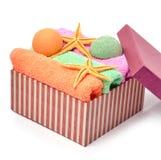 Kleurrijke handdoeken, badbommen, zeesterren in doos Royalty-vrije Stock Afbeeldingen