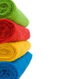 Kleurrijke handdoeken die op witte achtergrond worden geïsoleerd stock afbeelding